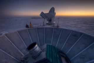 남극에 설치된 바이셉2 망원경(전면). 연구팀은 바이셉2 망원경으로 우주배경복사에서 인플레이션 때 생긴 중력파의 증거를 찾았다. - Steffen Richter, Harvard University 제공
